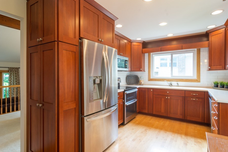 Real Estate Photography - 3039 North Huntington Dr, Arlington Heights, IL, 60004 - Bright & Beautiful Kitchen w/ss appl & subway tile