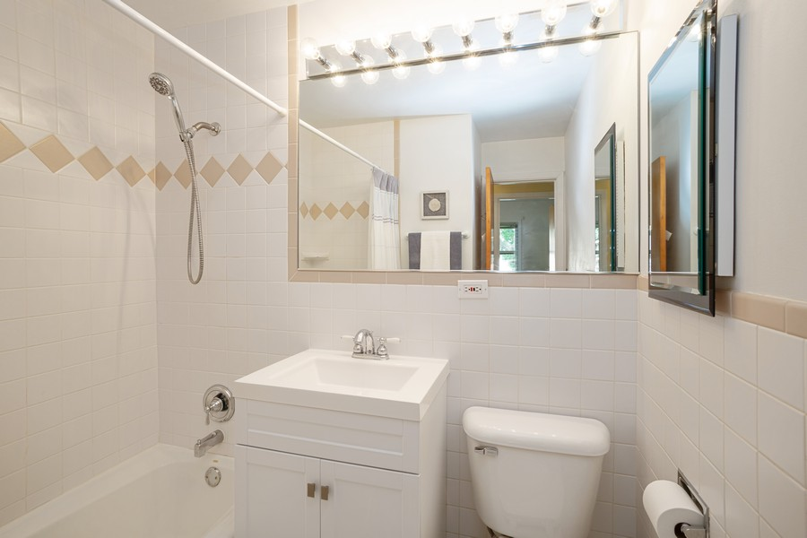 Real Estate Photography - 929 South Chestnut Ave, Arlington Heights, IL, 60005 - Bathroom