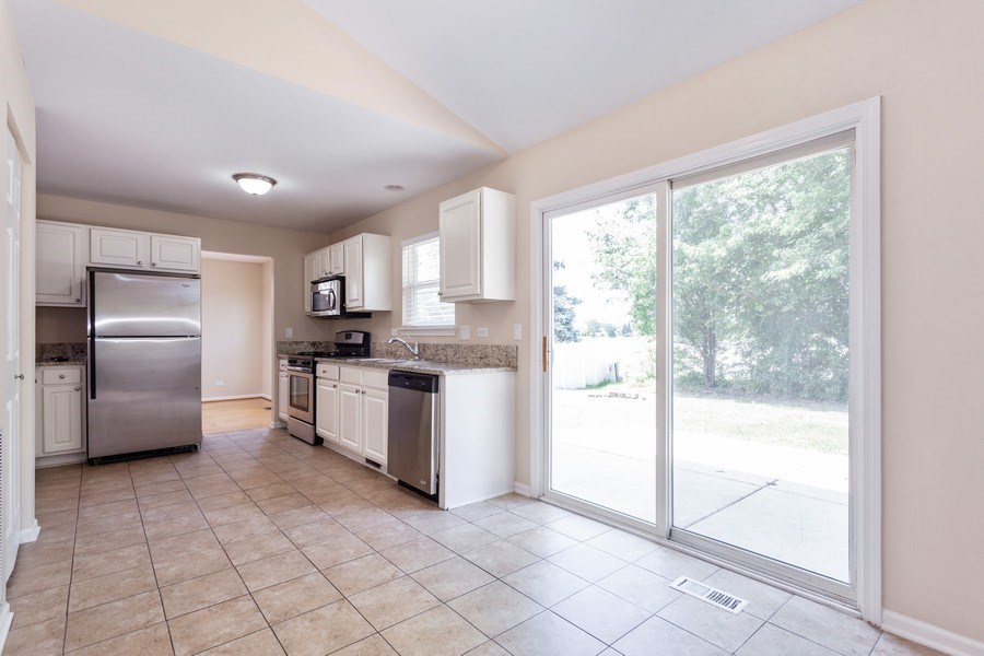 Real Estate Photography - 621 Spicebush Ln, Aurora, IL, 60504 - Kitchen