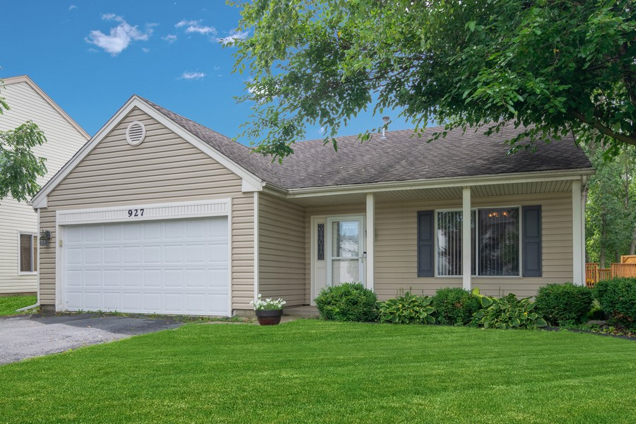 Real Estate Photography - 927 Hartwood Dr, Streamwood, IL, 60107 - Front View