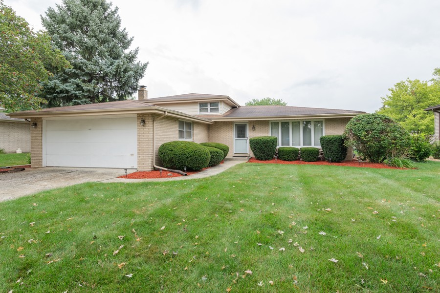 Real Estate Photography - 9S175 Kearney Rd, Downers Grove, IL, 60516 - Front View