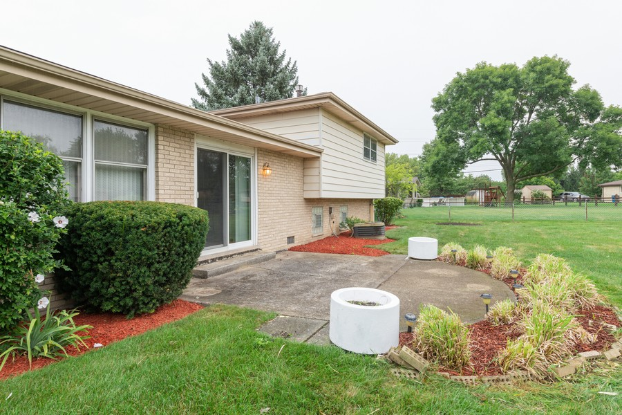 Real Estate Photography - 9S175 Kearney Rd, Downers Grove, IL, 60516 - Patio