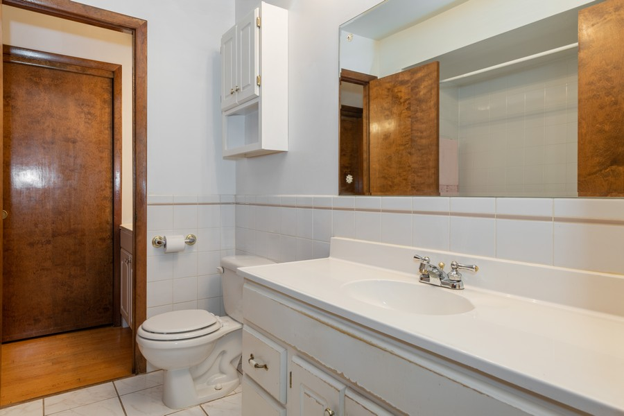 Real Estate Photography - 9S175 Kearney Rd, Downers Grove, IL, 60516 - 2nd Bathroom