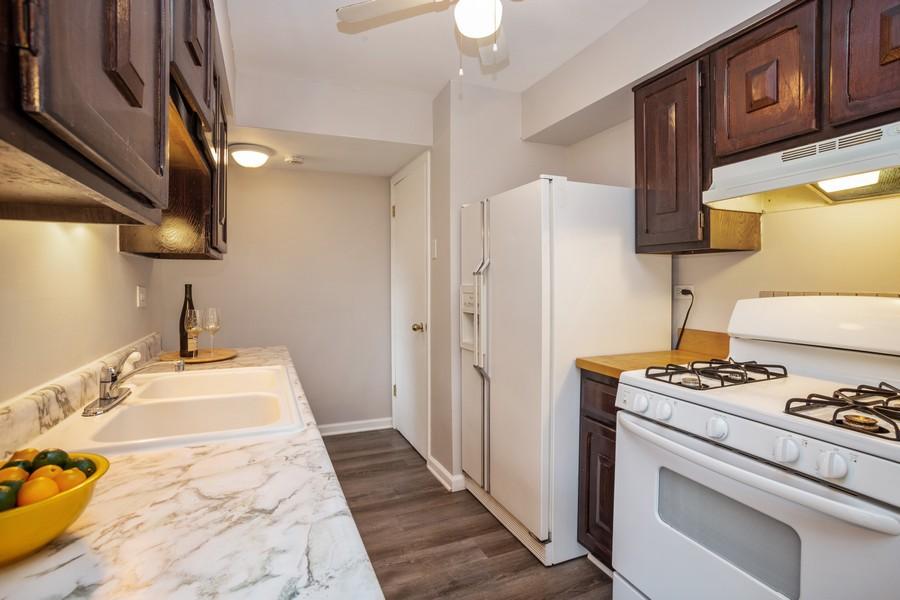 Real Estate Photography - 3102 Lynnwood Ct, Streamwood, IL, 60107 - Kitchen