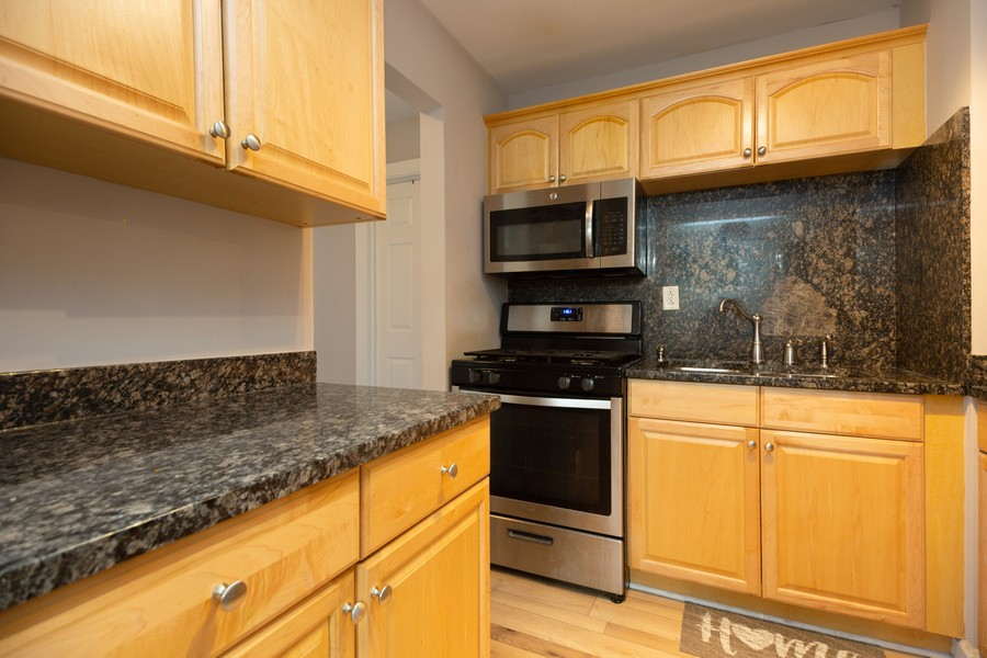 Real Estate Photography - 1250 East Washington St, 7, Des Plaines, IL, 60016 - Kitchen