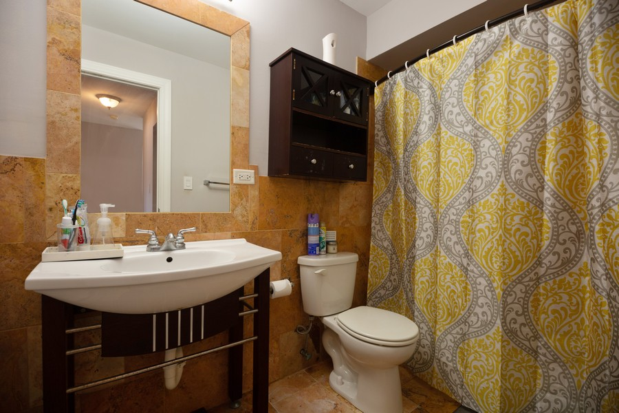 Real Estate Photography - 1250 East Washington St, 7, Des Plaines, IL, 60016 - Bathroom
