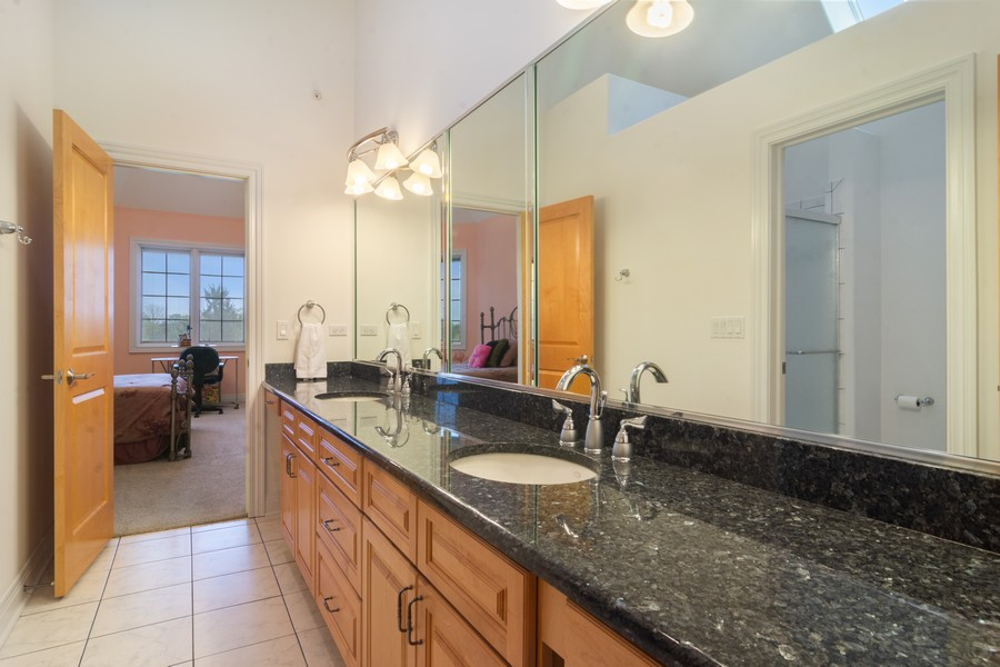 Real Estate Photography - 46 Inverway Rd, Inverness, IL, 60067 - Bathroom