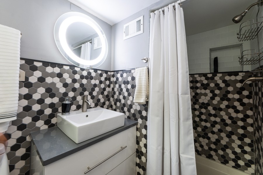 Real Estate Photography - 131 S Maple Ct, Palatine, IL, 60067 - 2nd Bathroom