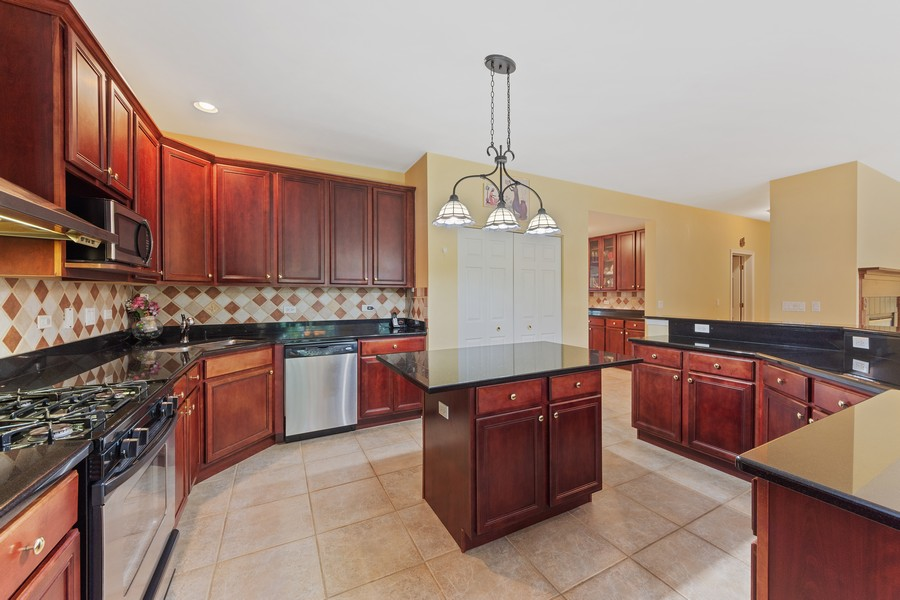 Real Estate Photography - 1710 North Woods Way, Vernon Hills, IL, 60061 - Kitchen