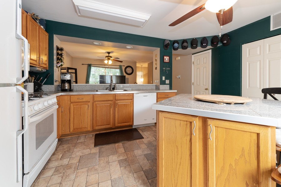 Real Estate Photography - 307 Treehouse Ln, Round Lake, IL, 60073 - Kitchen