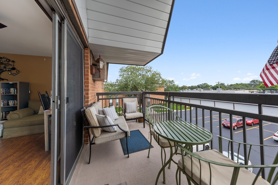 Real Estate Photography - 4250 Saratoga Ave, L301, Downers Grove, IL, 60515 - Balcony
