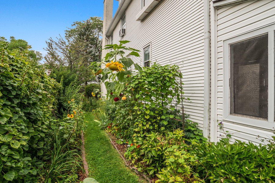 Real Estate Photography - 589 Lincoln Ave, Winnetka, IL, 60093 - Side Yard