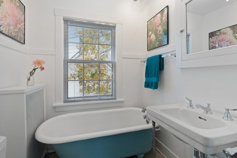 Real Estate Photography - 589 Lincoln Ave, Winnetka, IL, 60093 - 2nd Bathroom