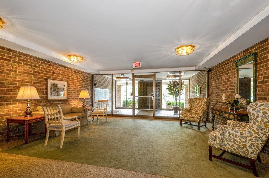 Real Estate Photography - 134 Green bay rd, Winnetka,, IL, 60093 - Lobby