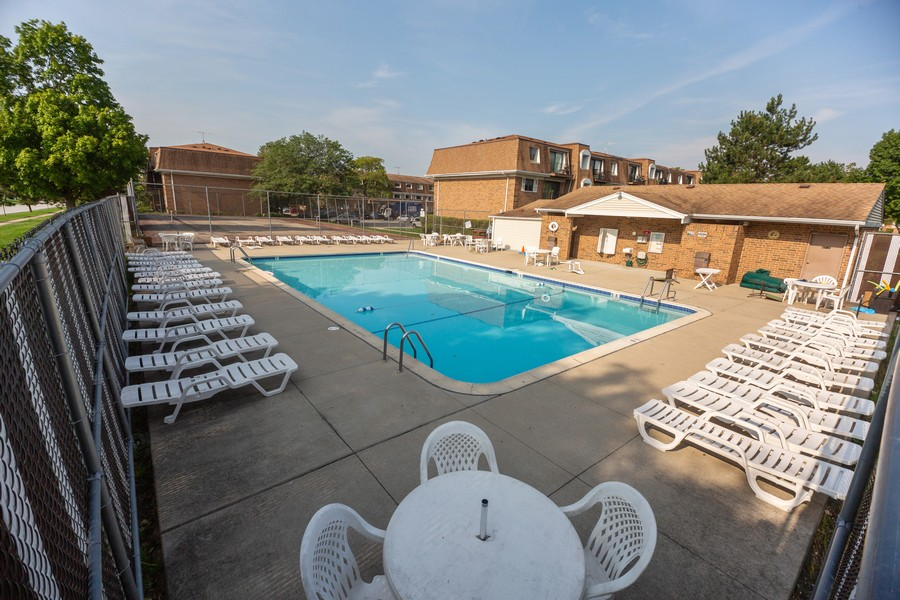 Real Estate Photography - 4178 Cove Ln, Glenview, IL, 60025 - Pool