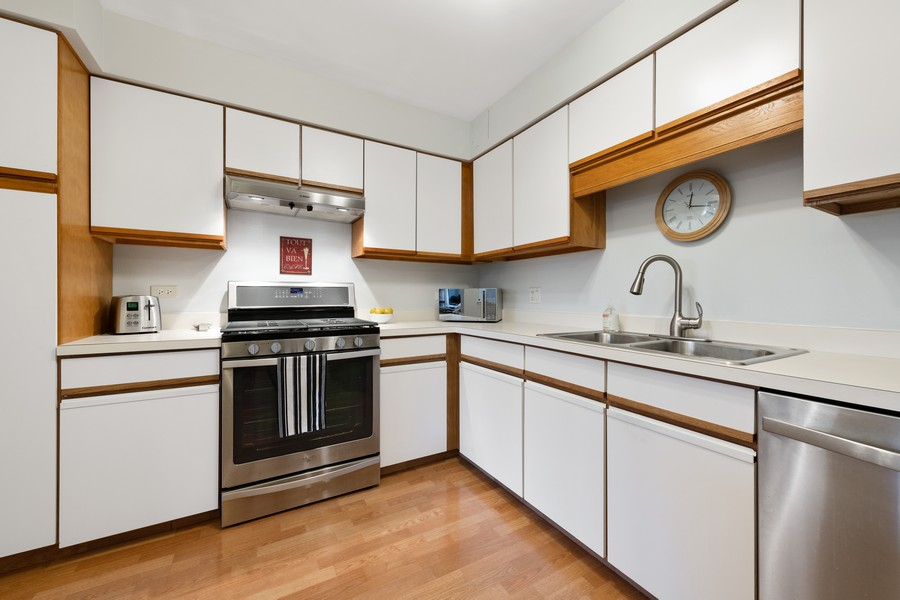 Real Estate Photography - 1220 Depot St, 416, Glenview, IL, 60025 - Kitchen