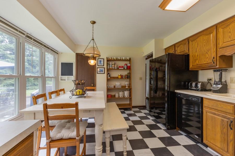 Real Estate Photography - 1347 Trinity Pl, Libertyville, IL, 60048 - Kitchen