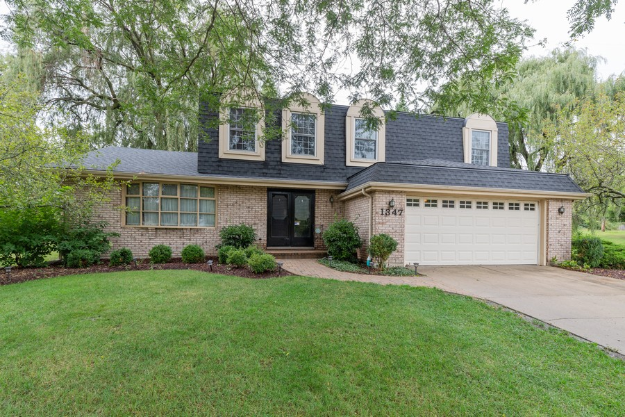 Real Estate Photography - 1347 Trinity Pl, Libertyville, IL, 60048 - Front View