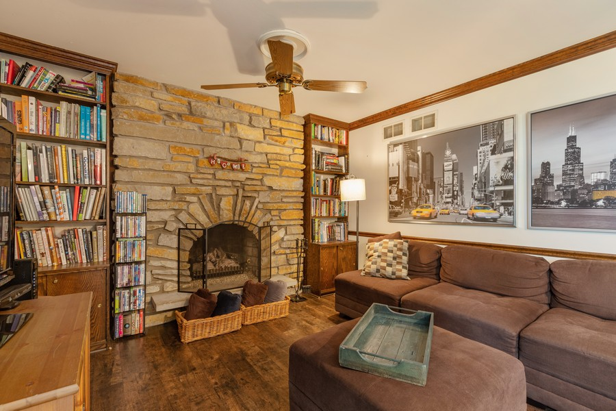 Real Estate Photography - 1347 Trinity Pl, Libertyville, IL, 60048 - Family Room