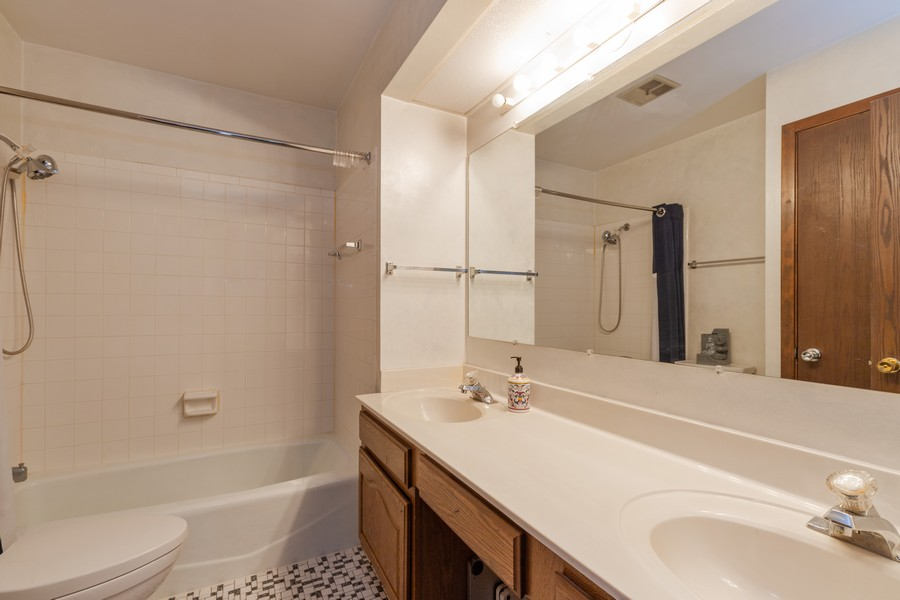Real Estate Photography - 1347 Trinity Pl, Libertyville, IL, 60048 - 2nd Bathroom