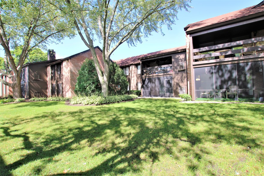 Real Estate Photography - 720 St Andrews Ln, Crystal Lake, IL, 60014 - Rear View of Unit