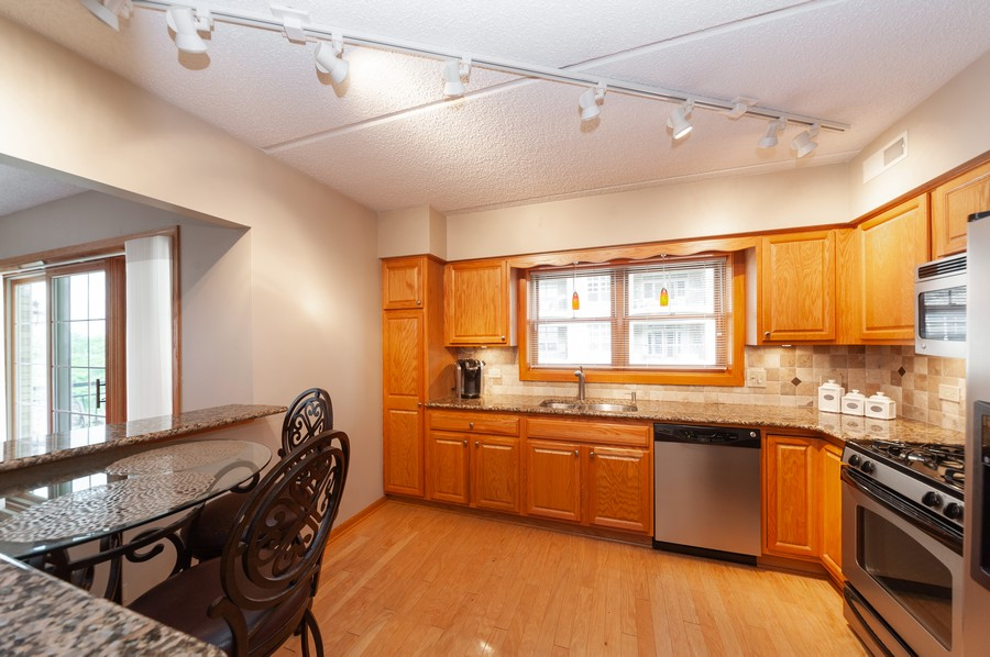 Real Estate Photography - 200 West Campbell St, 609, Arlington Heights, IL, 60005 - Kitchen / Breakfast Room