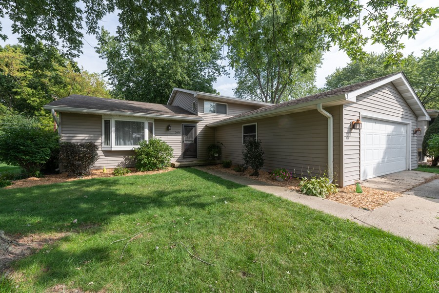 Real Estate Photography - 2406 Rose Tree Ln, Lindenhurst, IL, 60046 - Front View