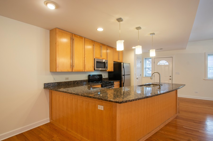 Real Estate Photography - 845 West Lawrence Ave, 2W, Chicago, IL, 60640 - Kitchen