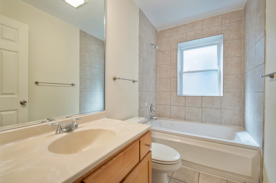 Real Estate Photography - 845 West Lawrence Ave, 2W, Chicago, IL, 60640 - 2nd Bathroom