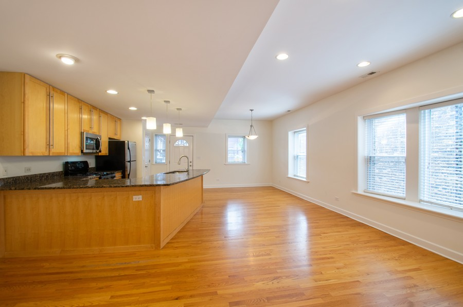 Real Estate Photography - 845 West Lawrence Ave, 2W, Chicago, IL, 60640 - Kitchen / Living Room