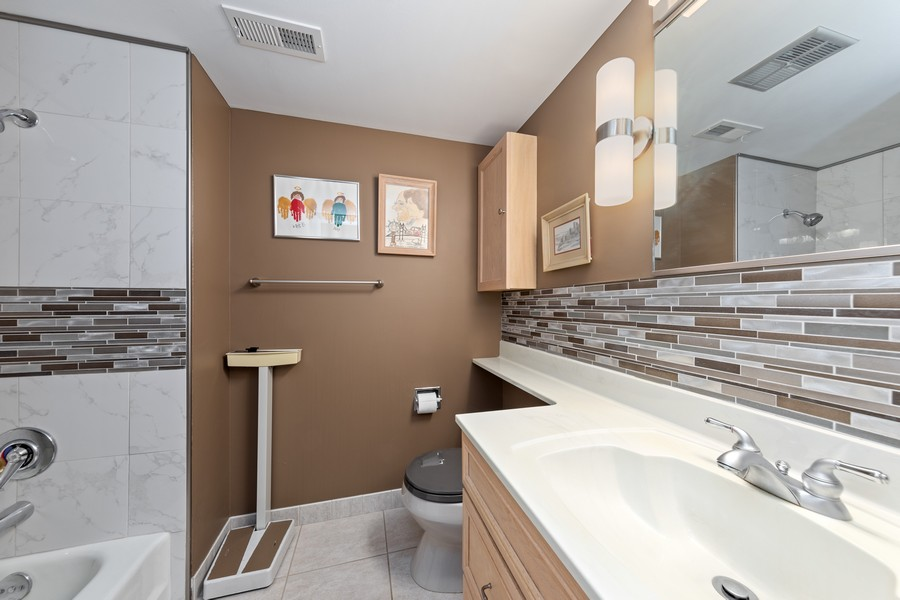Real Estate Photography - 1470 Stonebridge Trl, 2-3, Wheaton, IL, 60189 - Bathroom