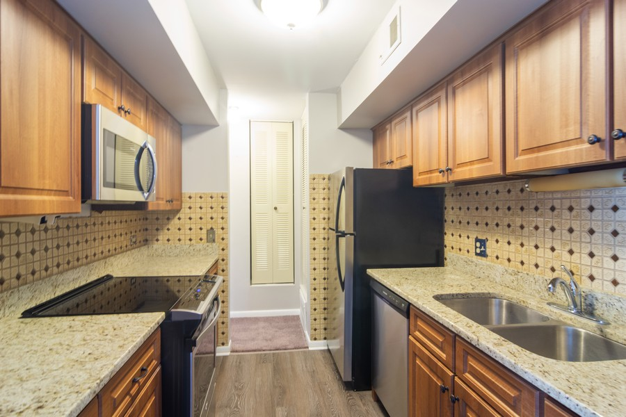 Real Estate Photography - 550 Shorely Dr, 204, Barrington, IL, 60010 - Kitchen