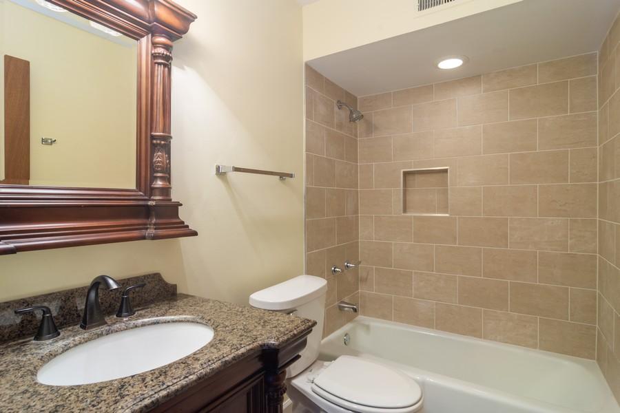 Real Estate Photography - 550 Shorely Dr, 204, Barrington, IL, 60010 - Bathroom