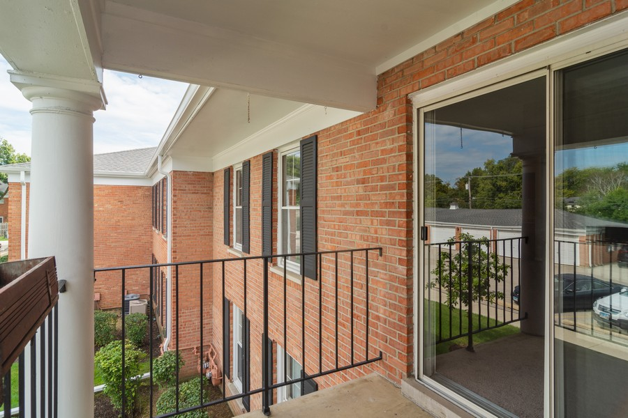 Real Estate Photography - 550 Shorely Dr, 204, Barrington, IL, 60010 - Patio