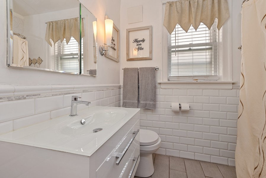 Real Estate Photography - 1151 West Waveland Ave, Chicago, IL, 60613 - Bathroom