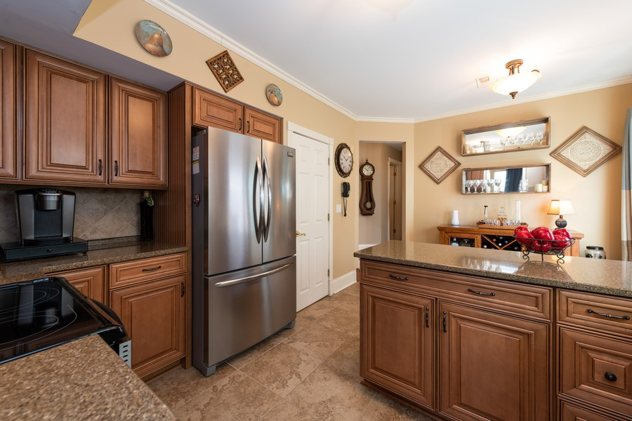 Real Estate Photography - 1219 Gulfstream Pkwy, Libertyville, IL, 60048 - Kitchen