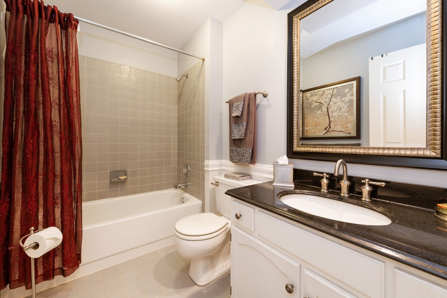 Real Estate Photography - 1219 Gulfstream Pkwy, Libertyville, IL, 60048 - Bathroom