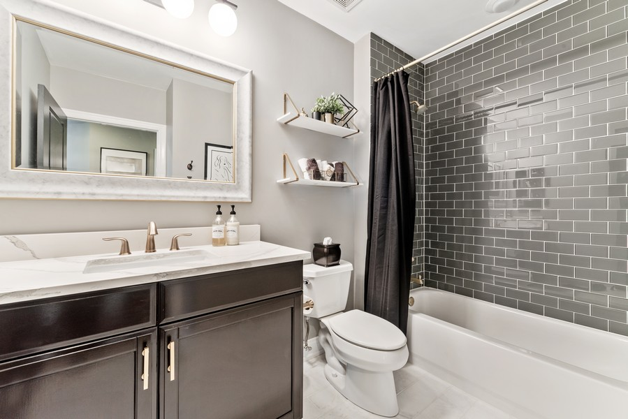 Real Estate Photography - 233 E 13th St, Unit 1006, Chicago, IL, 60605 - 2nd Bathroom