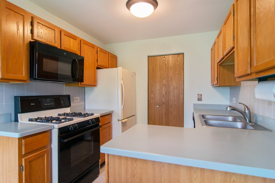 Real Estate Photography - 698 Greenfield Ct, C1, Bartlett, IL, 60103 - Kitchen
