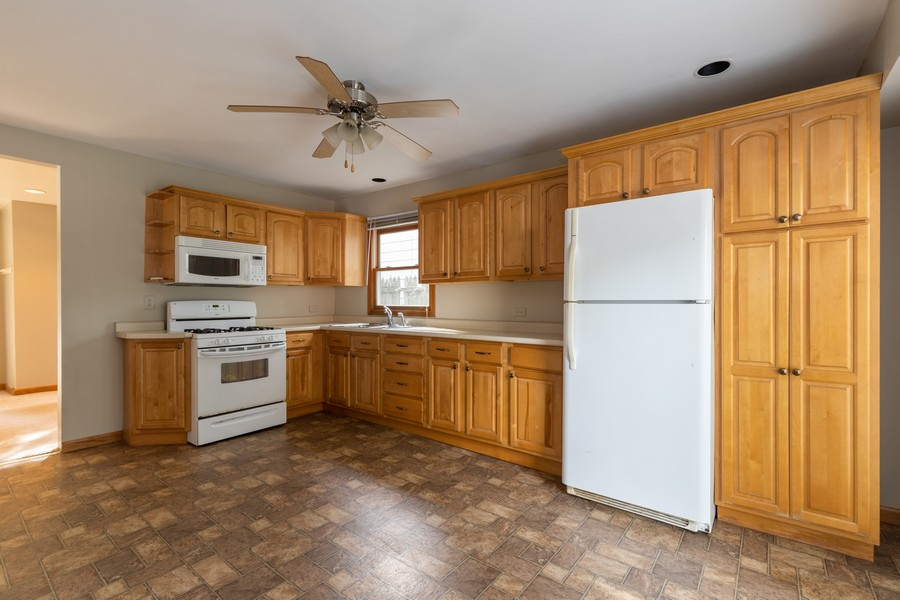 Real Estate Photography - 226 Kenwood Dr, Round Lake Park, IL, 60073 - Kitchen