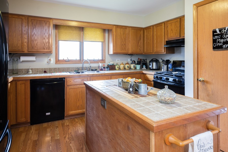 Real Estate Photography - 40 Ponderosa Dr, Romeoville, IL, 60446 - Kitchen