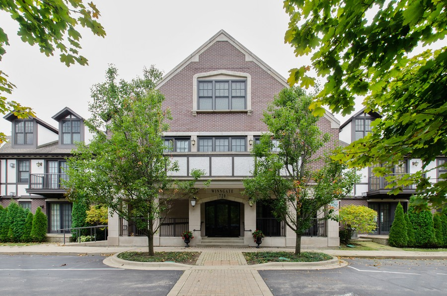 Real Estate Photography - 720 Green Bay Rd, 2E, Winnetka, IL, 60093 - Front View