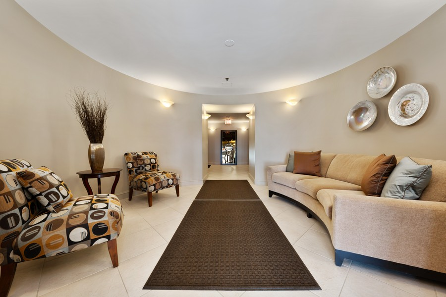Real Estate Photography - 110 South Evergreen Ave, 2AS, Arlington Heights, IL, 60005 - Lobby