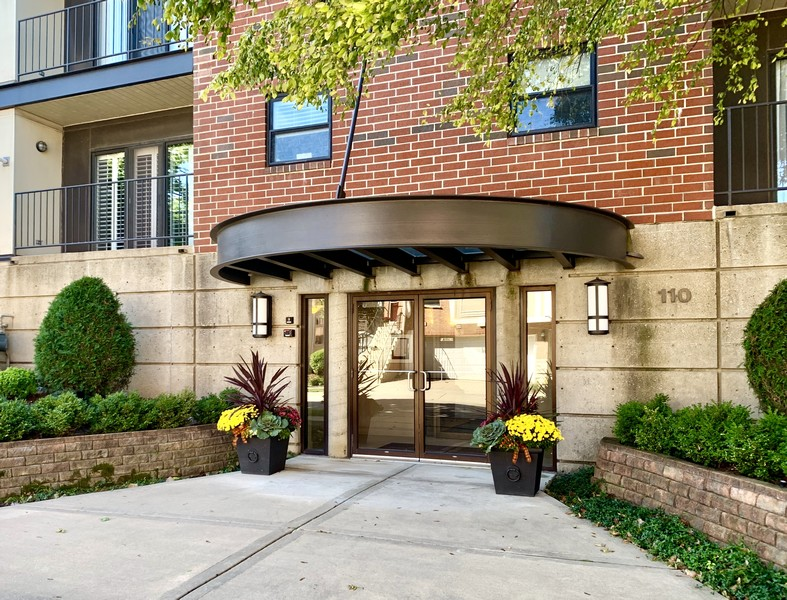 Real Estate Photography - 110 South Evergreen Ave, 2AS, Arlington Heights, IL, 60005 -