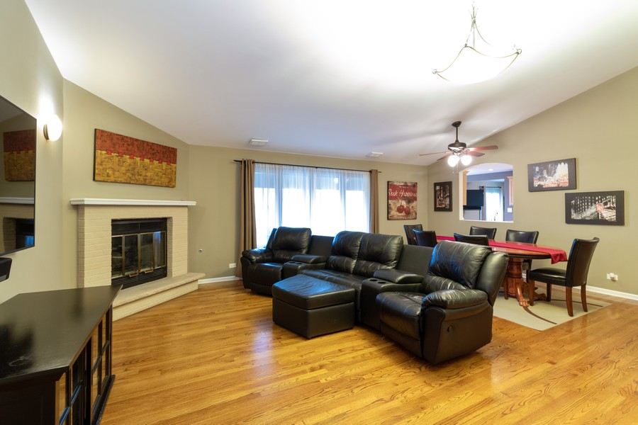 Real Estate Photography - 9816 Mill Dr West Dr, B2, Palos Park, IL, 60464 - Living Room