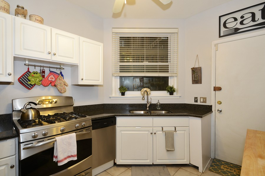 Real Estate Photography - 3804 N Fremont St, 1, Chicago, IL, 60613 - Kitchen