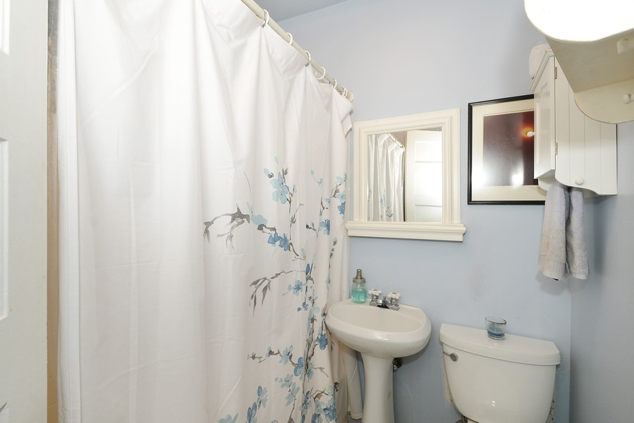 Real Estate Photography - 3804 N Fremont St, 1, Chicago, IL, 60613 - Bathroom