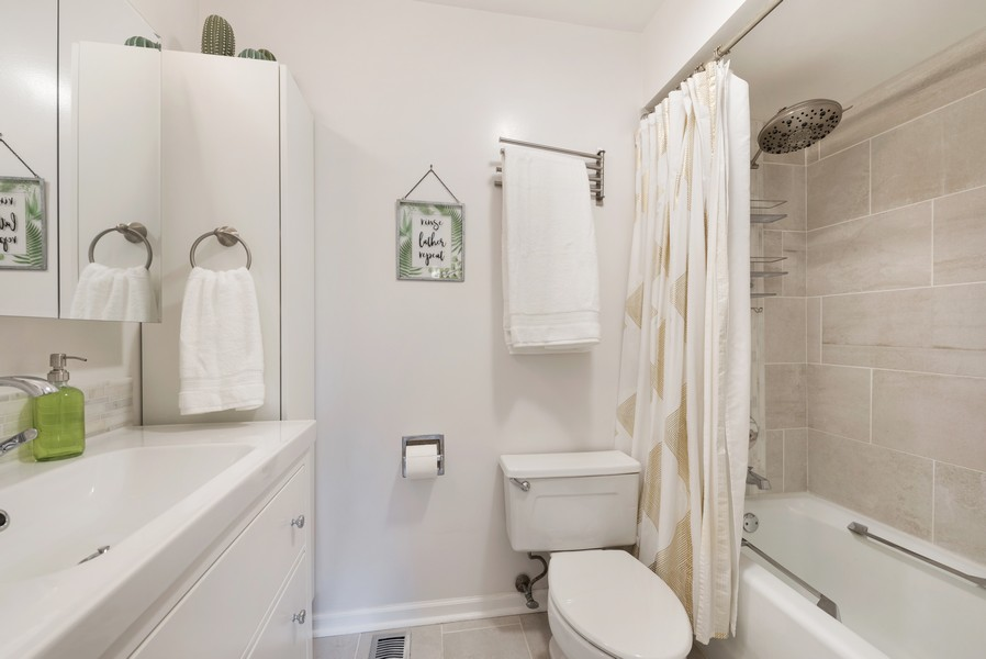 Real Estate Photography - 1435 Pebblecreek Dr, 13-6, Glenview, IL, 60025 - Master Bathroom