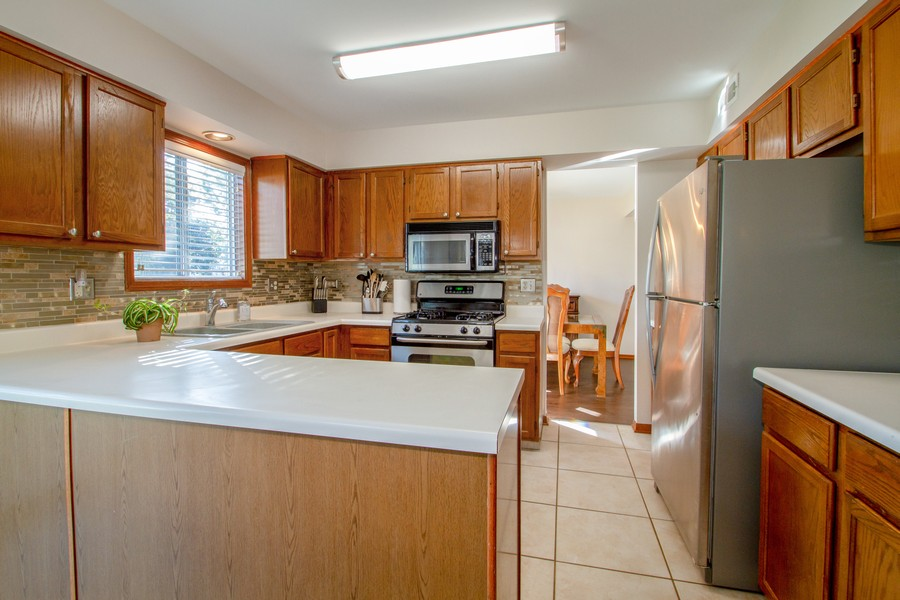 Real Estate Photography - 1677 Deerhaven Dr, Crystal Lake, IL, 60014 - Kitchen