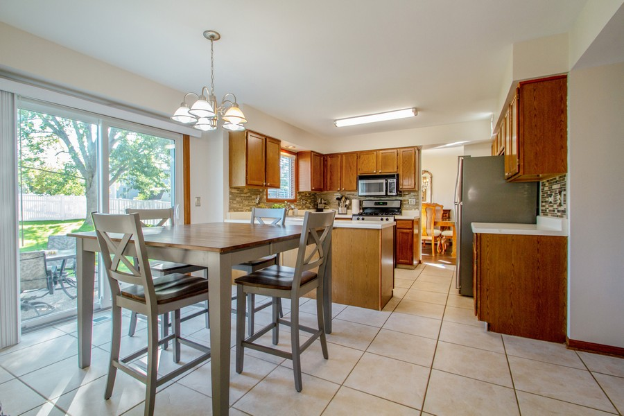 Real Estate Photography - 1677 Deerhaven Dr, Crystal Lake, IL, 60014 - Kitchen / Breakfast Room